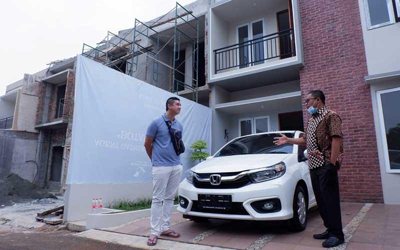 Direktur Marketing PT Repower Asia Indonesia Tbk. Andy K. Natanael (kanan) berbincang usai menyerahkan hadiah mobil kepada pemenang salah satu pemenang Program PASTI REAL di Depok, Jawa Barat, Sabtu (25/9/2020). Bisnis/Nurul Hidayat