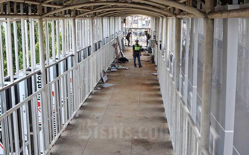 Aktivitas pekerja di lokasi proyek pembangunan jembatan penghubung Halte Transjakarta Pasar Senen di Jakarta, Senin (28/9/2020). Jembatan penghubung Halte Transjakarta itu nantinya akan terintegrasi dengan Pasar Senen Jaya dan ditargetkan rampung pada akhir tahun 2020. Bisnis/Eusebio Chrysnamurti