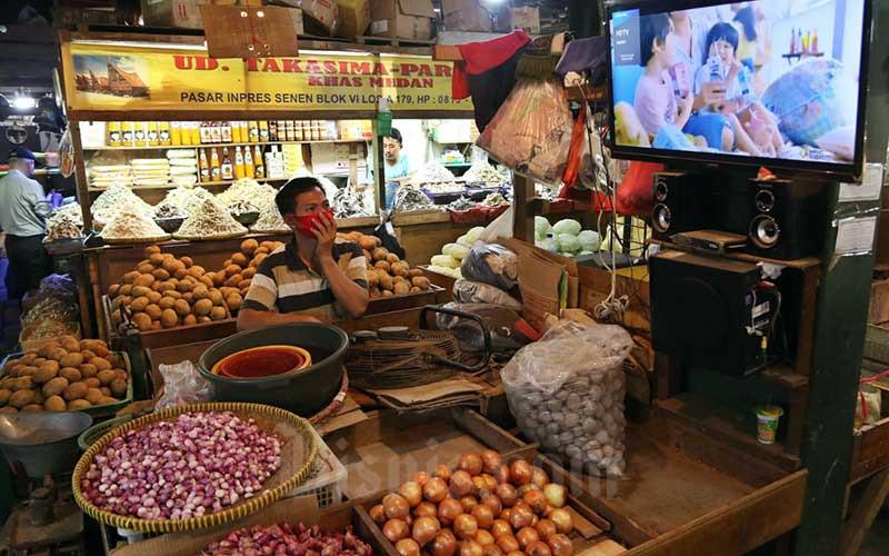 Pedagang menunggu pembeli di salah satu pasar tradisional di Jakarta, Senin (28/9/2020). Ketua Umum Ikatan Pedagang Pasar Indonesia (IKAPPI) Abdullah Mansuri meminta agar pemerintah mewaspadai kenaikan harga pangan dalam beberapa waktu kedepan, hal ini tak lepas dari siklus harga pangan yang bergejolak khususnya ketika memasuki musim penghujan ditambah saat ini masih dalam kondisi pandemi Covid-19. Bisnis/Eusebio Chrysnamurti