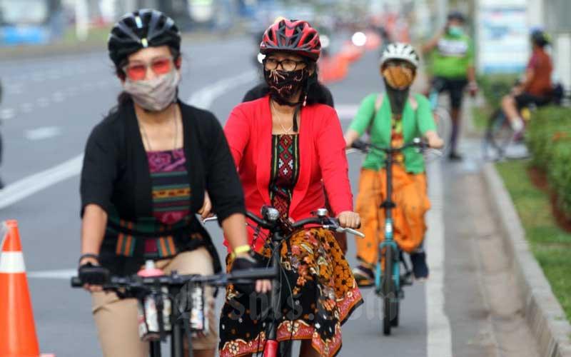 Beberapa wanita yang tergabung dalam komunitas Perempuan Berkebaya Indonesia (PBI) bersepeda di kawasan Senayan, Jakarta, Selasa (29/9/2020). Kegiatan ini merupakan bagian dari kampanye gerakan Selasa Berkebaya, guna menunjukkan kepada masyarakat bahwa kebaya dapat digunakan pada berbagai aktivitas, termasuk bersepeda. Bisnis/Arief Hermawan P