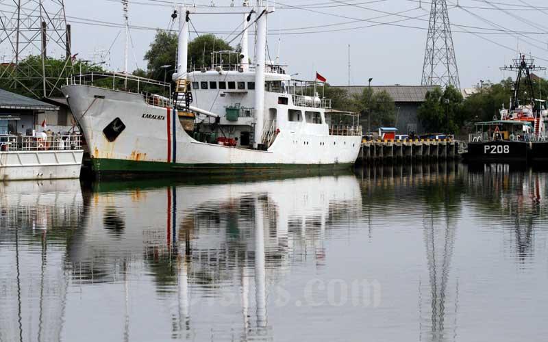 Kapal bersandar di perairan kawasan Tanjung Priok, Jakarta, Selasa (29/9/2020). Kapal nasional Indonesia terus mengalami pertumbuhan positif sejak diterapkannya asas cabotage yang tertuang dalam Inpres N0.5/2005 dan UU No.17/2008 tentang Pelayaran. Kementerian Perhubungan mencatat, jumlah armada nasional mencapai 32.587 unit pada 2019 dengan kemampuan melayani seluruh angkutan logistik domestik. Bisnis/Arief Hermawan P