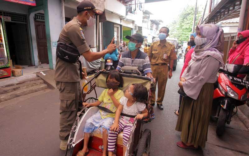 Petugas memberikan himbauan kepada warga untuk mengenakan masker  di kawasan Jalan Menteng Atas, Jakarta, Selasa (29/9/2020). Razia gabungan tersebut untuk meningkatkan kesadaran masyarakat agar mematuhi protokol kesehatan di tengah meningkatnya angka konfirmasi positif Covid-19 di Jakarta. ANTARA FOTO/ Reno Esnir
