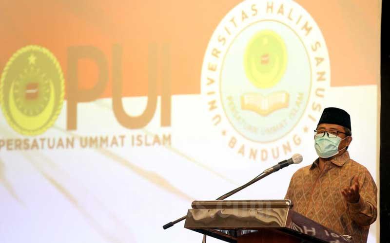 """Mantan Gubernur Jawa Barat yang juga Ketua Majelis Syuro Persatuan Umat Islam (PUI) Ahmad Heryawan (kedua kanan) menyampaikan pemaparan sebagai pembicara utama pada acara Seminar Nasional dan Peluncuran Program Nasional """"Islamic College Student Preneur"""" di Bandung, Jawa Barat, Selasa (29/9/2020). Bisnis/Rachman"""
