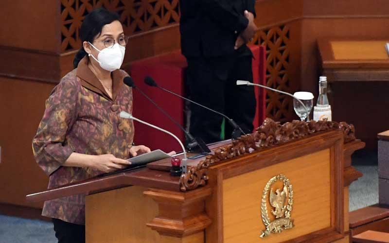 Menteri Keuangan Sri Mulyani membacakan tanggapan pemerintah atas pengesahan Undang-Undang Anggaran Pendapatan dan Belanja Negara (APBN) tahun 2021 dalam Rapat Paripurna DPR, di Kompleks Parlemen, Senayan, Jakarta, Selasa (29/9/2020). Dalam Rapat Paripurna itu DPR menyetujui RUU APBN Tahun Anggaran 2021 dan RUU Bea Materai menjadi Undang-Undang serta menetapkan perpanjangan waktu pembahasan RUU Perlindungan Data Pribadi. ANTARA FOTO/Akbar Nugroho Gumay