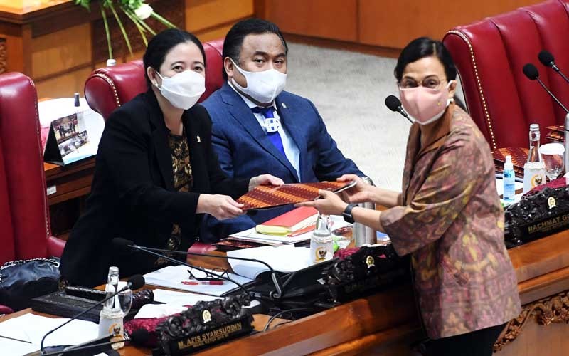 Menteri Keuangan Sri Mulyani (kanan) menyerahkan tanggapan pemerintah atas pengesahan Undang-Undang Anggaran Pendapatan dan Belanja Negara (APBN) tahun 2021 kepada Ketua DPR Puan Maharani (kiri) disaksikan Wakil Ketua DPR Rachmad Gobel (tengah) dalam Rapat Paripurna DPR, di Kompleks Parlemen, Senayan, Jakarta, Selasa (29/9/2020). Dalam Rapat Paripurna itu DPR menyetujui RUU APBN Tahun Anggaran 2021 dan RUU Bea Materai menjadi Undang-Undang serta menetapkan perpanjangan waktu pembahasan RUU Perlindungan Data Pribadi. ANTARA FOTO/Akbar Nugroho Gumay
