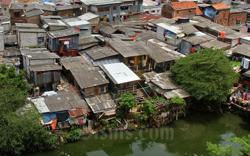 Pemukiman padat penduduk di Jakarta, Kamis (1/10/2020). Pemerintah akan mengoptimalkan Anggaran pendapatan dan belanja negara (APBN) 2021 untuk program perlindungan sosial dan program pembangunan nasional, menyusul kenaikan angka kemiskinan dan pengangguran akibat pandemi Covid-19. Menteri Keuangan Sri Mulyani Indrawati menyebutkan pemerintah berupaya mengendalikan tingkat kemiskinan di tahun 2021 pada kisaran 9,2 persen-9,7 persen. Bisnis/Arief Hermawan P
