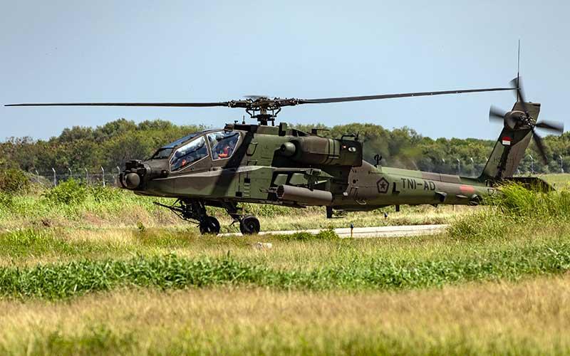 Prajurit TNI-AD dari Skadron-11/Serbu Puspenerbad mengoperasikan helikopter AH-64E Apache saat latihan terbang di kawasan Lanumad Ahmad Yani, Semarang, Jawa Tengah, Kamis (1/10/2020). DPR dan pemerintah menyepakati anggaran Kemenhan pada UU APBN 2021 sebesar 137,3 triliun  atau naik 19,4 triliun dari tahun 2020 yang akan digunakan untuk tujuh program diantaranya yaitu program penggunaan kekuatan, profesionalisme dan kesejahteraan prajurit.   rn ANTARA FOTO/Aji Styawan
