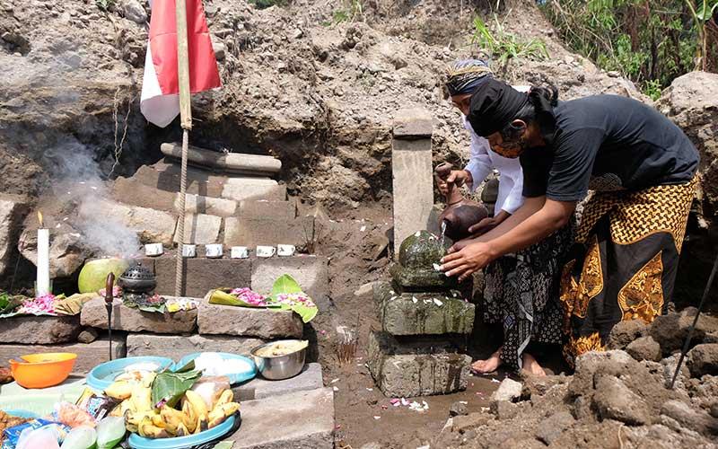 Sejumlah penghayat Kepercayaan Pahoman Sejati melakukan ritual Bhakti Alam di lokasi penemuan candi Petirtan kawasan lereng gunung Merapi Dusun Windu Sabrang, Wonolelo, Sawangan, Magelang, Jateng, Kamis (1/10/2020). Ritual yang dilaksanakan di lokasi penambangan pasir tersebut bertujuan untuk menjaga benda bersejarah dari penjarahan sekaligus menjaga keseimbangan alam agar tidak dieksploitasi secara sembarangan. ANTARA FOTO/Anis Efizudin