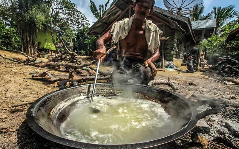 Petani memasak air nira dari pohon aren di perbatasan Desa Blang Weu Baroh, Lhokseumawe, Aceh, Kamis (15/10/2020).  Air nira  dapat dikumpulkan Lima sampai Delapan liter per hari dan dijual Rp10.000 per botol isi 500 ml. ANTARA FOTO/Rahmad