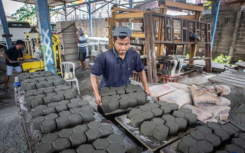 Pekerja menyelesaikan pembuatan paving block berbahan sampah plastik di Rebricks, Pondok Pinang, Jakarta, Kamis (15/10/2020). Rebricks merupakan industri yang menyasar sampah-sampah plastik sebagai salah satu material utama pembuatan paving block dengan harga jual Rp95.000 per meter persegi. ANTARA FOTO/Aprillio Akbar