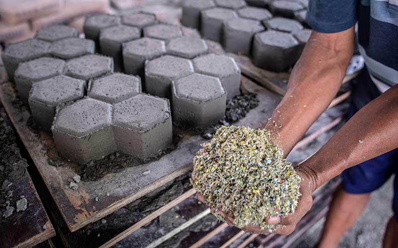 Pekerja menunjukkan material sampah plastik di Rebricks, Pondok Pinang, Jakarta, Kamis (15/10/2020). Rebricks merupakan industri yang menyasar sampah-sampah plastik sebagai salah satu material utama pembuatan paving block dengan harga jual Rp95.000 per meter persegi. ANTARA FOTO/Aprillio Akbar