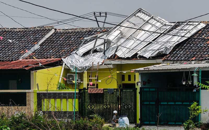 Sejumlah warga memperbaiki atap rumah yang rusak pasca terkena angin kencang, di Desa Sukadami, Cikarang, Kabupaten Bekasi, Jawa Barat, Sabtu (17/10/2020). Menurut warga angin kencang pada (16/10) pukul 15.00 WIB merusak 10 atap rumah di daerah tersebut. ANTARA FOTO/ Fakhri