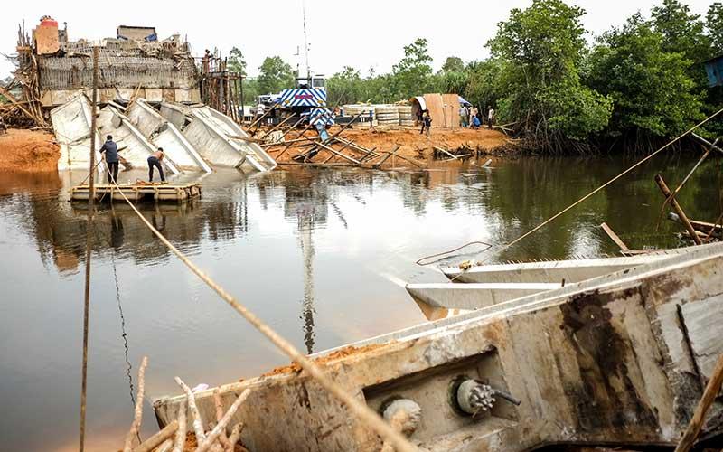 Warga berada di dekat lokasi proyek pembangunan jembatan jerambah gantung yang ambruk,  di Pangkalpinang, Kepulauan Bangka Belitung, Sabtu (17/10/2020). Jembatan alternatif penghubung Kota Pangkalpinang dan Kabupaten Bangka, Kepulauan Bangka Belitung senilai Rp.25 miliar tersebut ambruk pada Jumat (16/10/2020) malam. ANTARA FOTO/Anindira Kintara
