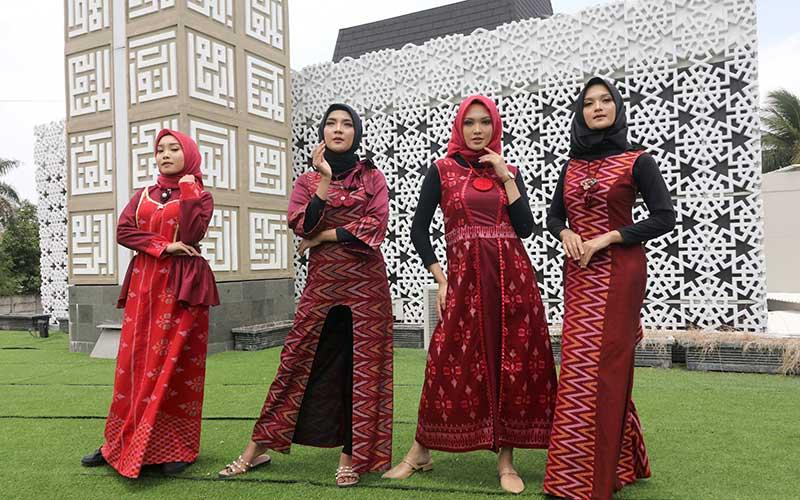 Sejumlah model memperagakan busana muslim di masjid Al-Khalid Kota Kediri, Jawa Timur, Sabtu (17/10/2020). Peragaan enam belas busana muslim berbahan baku tenun ikat khas Kediri tersebut bertujuan membangkitkan kembali sejumlah merek lokal dari pelaku Usaha Mikro Kecil Menengah (UMKM) yang terpuruk karena pandemi Covid-19. ANTARA FOTO/Prasetia Fauzani
