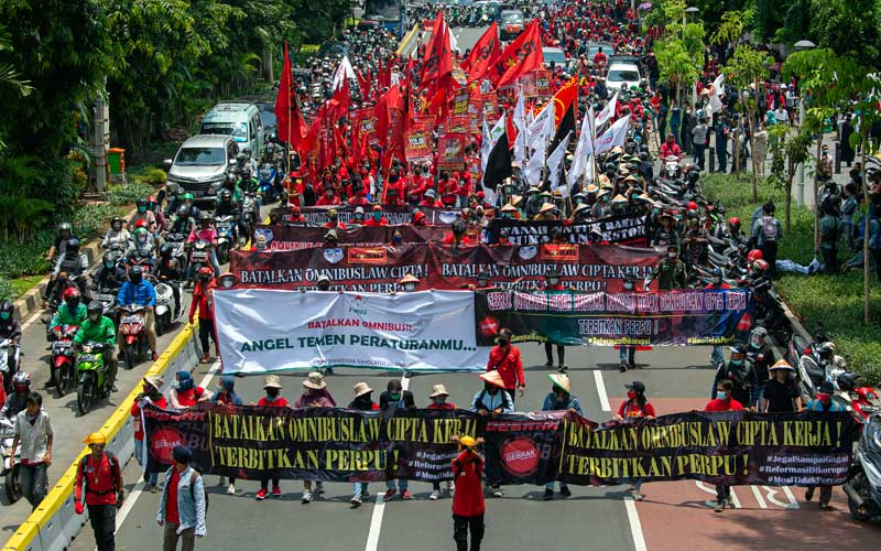 Sejumlah demonstran membawa spanduk dan poster dalam aksi jalan kaki menuju Istana Merdeka di Jalan Salemba, Jakarta, Selasa (20/10/2020). Aksi gabungan buruh, petani, mahasiswa, dan pelajar yang dilakukan bersamaan dengan setahun pemerintahan Presiden Joko Widodo dan Wakil Presiden Ma'ruf Amin itu menyuarakan penolakan pengesahan Undang-undang Cipta Kerja sekaligus meminta Presiden mengeluarkan Perppu pencabutan UU tersebut karena dinilai kurang berpihak pada rakyat kecil. ANTARA FOTO/Aditya Pradana Putra