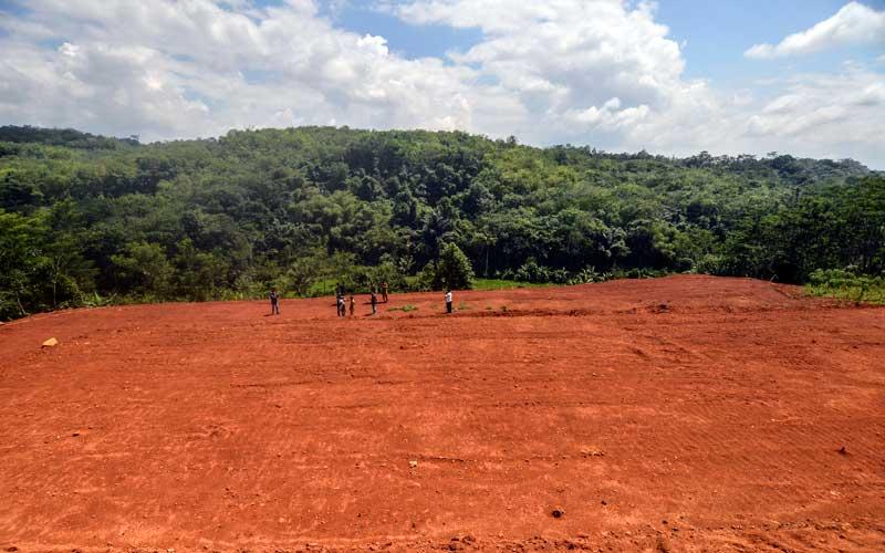 Warga melintas di lahan baru Tempat Pemakam Umum (TPU) di Desa Sukamulya, Ciamis, Jawa Barat, Selasa (20/10/2020). Pemkab Ciamis menyiapkan lahan baru untuk pemakaman jenazah kasus Covid-19 yang dulunya merupakan lahan pertanian atau perkebunan dengan luas lahan 5.2 hetare. ANTARA FOTO/Adeng Bustomi