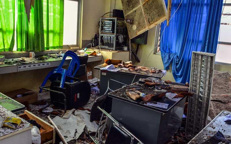 Salah satu ruang di RSUD Kabupaten Ciamis berantakan tertimpa atap ambruk, Jawa Barat, Selasa (20/10/2020). Bangunan lantai dua Instalasi Gawat Darurat (IGD) di RS tersebut rusak tertimpa atap ambruk yang diduga akibat tidak kuat menahan beban guyuran hujan, tidak ada korban jiwa dalam peristiwa tersebut namun 13 pasien harus dievakusi di ruang rawat inap RS swasta. ANTARA FOTO/Adeng Bustomi