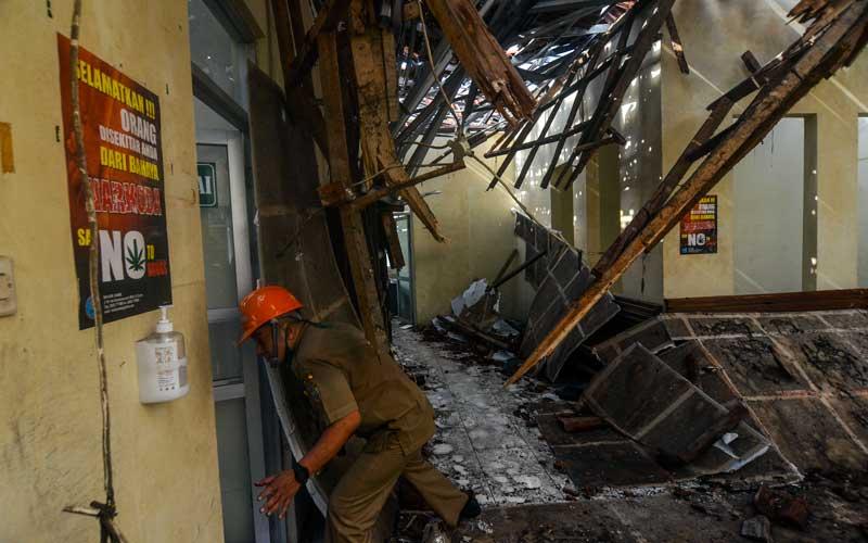 Petugas menunjukkan kondisi ruangan yang terimpa atap ambruk di RSUD Kabupaten Ciamis, Jawa Barat, Selasa (20/10/2020). Bangunan lantai dua Instalasi Gawat Darurat (IGD) di RS tersebut rusak tertimpa atap ambruk yang diduga akibat tidak kuat menahan beban guyuran hujan, tidak ada korban jiwa dalam peristiwa tersebut namun 13 pasien harus dievakusi di ruang rawat inap RS swasta. ANTARA FOTO/Adeng Bustomi