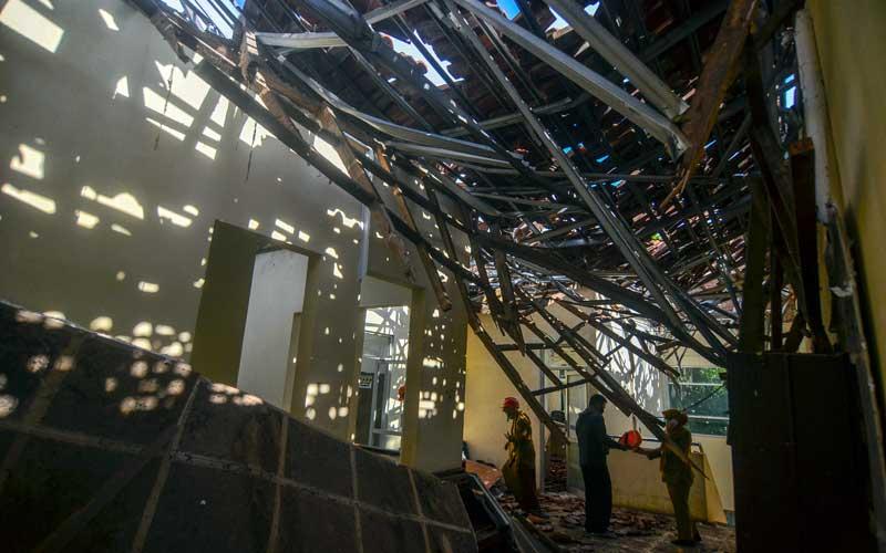Petugas menunjukan kondisi atap rumah sakit ambruk di RSUD Kabupaten Ciamis, Jawa Barat, Selasa (20/10/2020). Bangunan lantai dua Instalasi Gawat Darurat (IGD) di RS tersebut rusak tertimpa atap ambruk yang diduga akibat tidak kuat menahan beban guyuran hujan, tidak ada korban jiwa dalam peristiwa tersebut namun 13 pasien harus dievakusi di ruang rawat inap RS swasta. ANTARA FOTO/Adeng Bustomi