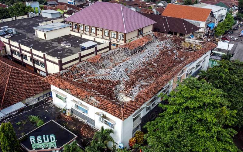 Foto udara atap RSUD Kabupaten Ciamis yang ambruk, Jawa Barat, Selasa (20/10/2020). Bangunan lantai dua Instalasi Gawat Darurat (IGD) di RS tersebut rusak tertimpa atap ambruk yang diduga akibat tidak kuat menahan beban guyuran hujan, tidak ada korban jiwa dalam peristiwa tersebut namun 13 pasien harus dievakusi di ruang rawat inap RS swasta. ANTARA FOTO/Adeng Bustomi