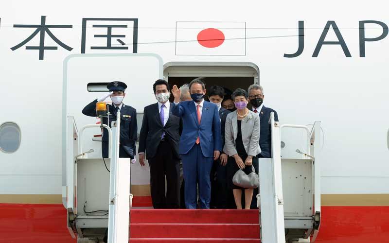 Perdana Menteri Jepang Yoshihide Suga (tengah) bersama Madam Suga Mariko (kedua kanan) melambaikan tangan setibanya di Bandara Soekarno Hatta, Tangerang, Banten, Selasa (20/10/2020). Lawatan kenegaraan tersebut dalam rangka meningkatkan hubungan bilateral antar kedua negara. ANTARA FOTO/HO/Setpres-Kris