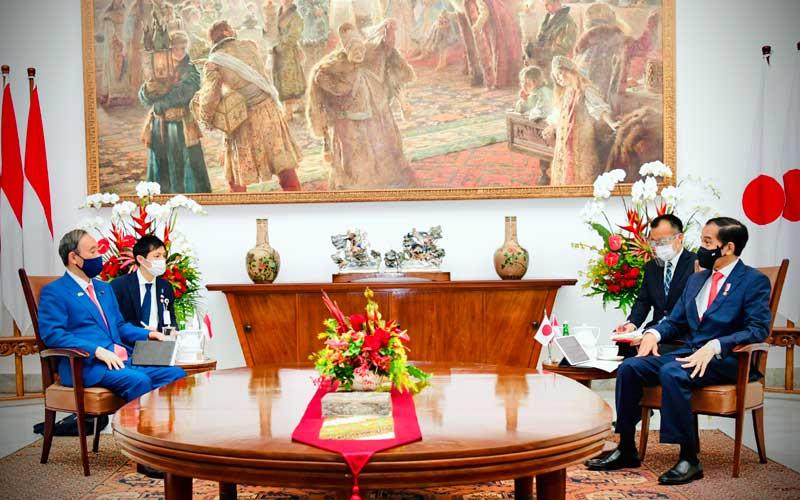 Presiden Joko Widodo (kanan) melakukan pertemuan bilateral dengan Perdana Menteri Jepang Yoshihide Suga (kiri) saat menerima kunjungan kenegaraan di Istana Bogor, Jawa Barat, Selasa (20/10/2020). Kunjungan kenegaraan tersebut dalam rangka meningkatkan hubungan bilateral antar kedua negara. ANTARA FOTO/HO/Setpres-Muchlis Jr