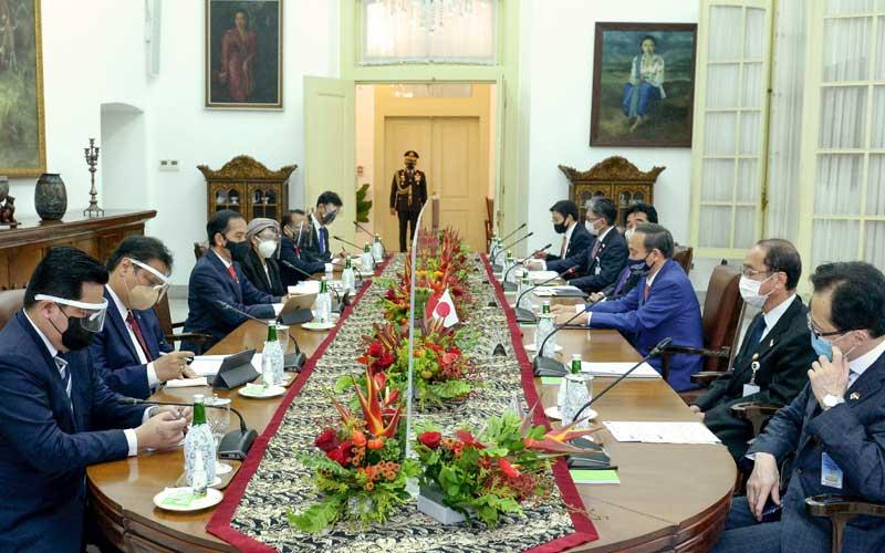 Presiden Joko Widodo (ketiga kiri) didampingi sejumlah Menteri Kabinet Indonesia Maju melakukan pertemuan dengan Perdana Menteri Jepang Yoshihide Suga (ketiga kanan) bersama delegasi saat menerima kunjungan kenegaraan di Istana Bogor, Jawa Barat, Selasa (20/10/2020). Kunjungan kenegaraan tersebut dalam rangka meningkatkan hubungan bilateral antar kedua negara. ANTARA FOTO/HO/Setpres-Kris