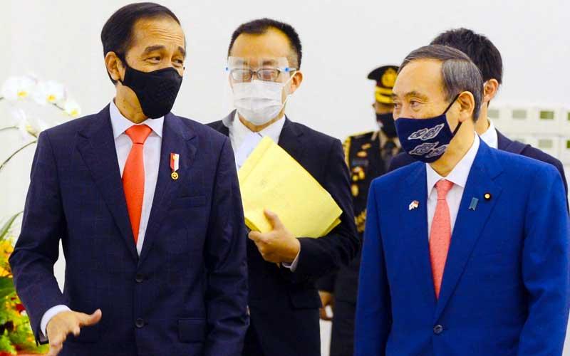 Presiden Joko Widodo (kiri) berbincang dengan Perdana Menteri Jepang Yoshihide Suga (kanan) saat menerima kunjungan kenegaraan di Istana Bogor, Jawa Barat, Selasa (20/10/2020). Kunjungan kenegaraan tersebut dalam rangka meningkatkan hubungan bilateral antar kedua negara. ANTARA FOTO/HO/Setpres-Muchlis Jr