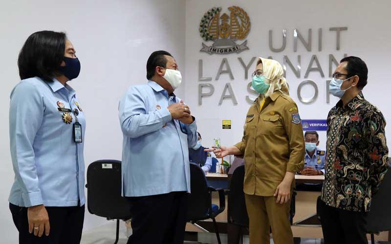 Mal Direktur WTC Matahari Serpong Dedy Lumintang (kanan) bersama Kepala Imigrasi Kelas I Non TPI Tangerang Felucia Sengky Ratna (kiri), Direktur Kerjasama Keimigrasian Direktorat Jenderal Imigrasi Rochadi Iman Santoso (kedua kiri) dan Walikota Tangerang Selatan Airin Rachmi Diany meninjau Unit Layanan Paspor di Mal WTC Matahari Serpong, Tangerang Selatan, Selasa (20/10/2020). Bisnis