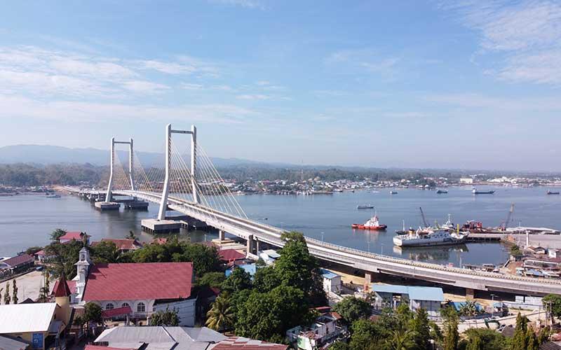 Foto udara Jembatan Teluk Kendari yang telah tuntas pembangunannya di Kendari, Sulawesi Tenggara, Rabu (21/10/2020). Presiden Joko Widodo rencananya akan meresmikan Jembatan Teluk Kendari sepanjang 1,34 Kilometer pada Kamis (22/10/2020). ANTARA FOTO/Jojon