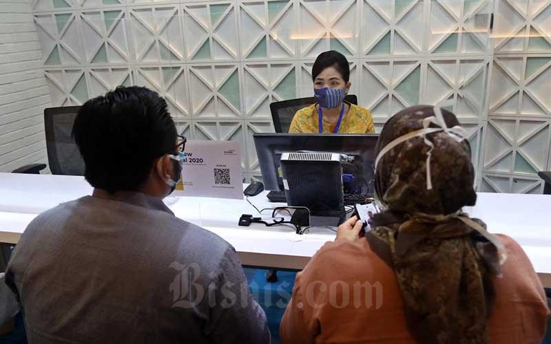 Karyawan melayani nasabah di Kantor Mandiri Tunas Finance, Jakarta, Rabu (21/10/2020). Direktur MTF Harjanto Tjitohardjojo menyatakan penyaluran pembiayaan pada Agustus 2020 hanya Rp 1,1 triliun. Lalu meningkat 17,27% menjadi Rp 1,29 triliun pada September 2020, kenaikan kinerja tersebut ditopang oleh segmen ritel dalam kepemilikan kendaraan bermotor. Bisnis/Eusebio Chrysnamurti