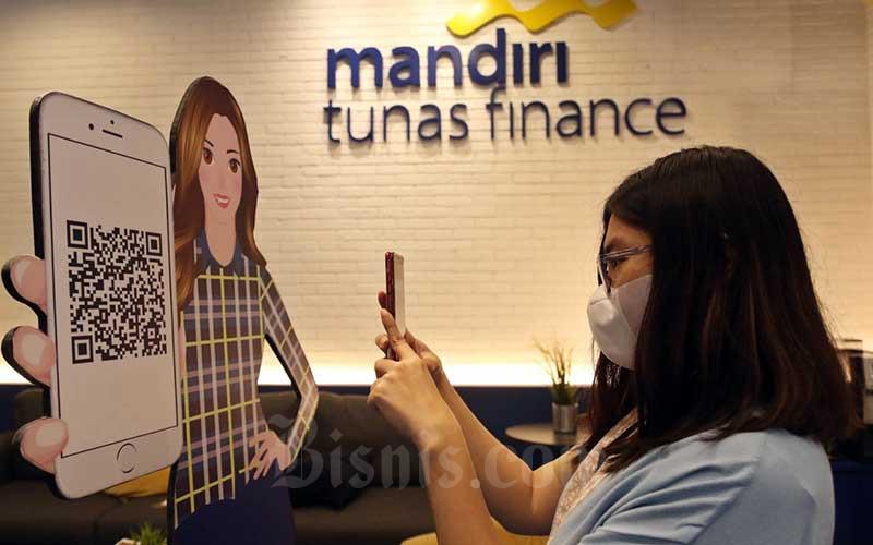 Nasabah melakukan scan barcode di Kantor Mandiri Tunas Finance, Jakarta, Rabu (21/10/2020). Direktur MTF Harjanto Tjitohardjojo menyatakan penyaluran pembiayaan pada Agustus 2020 hanya Rp 1,1 triliun. Lalu meningkat 17,27% menjadi Rp 1,29 triliun pada September 2020, kenaikan kinerja tersebut ditopang oleh segmen ritel dalam kepemilikan kendaraan bermotor. Bisnis/Eusebio Chrysnamurti