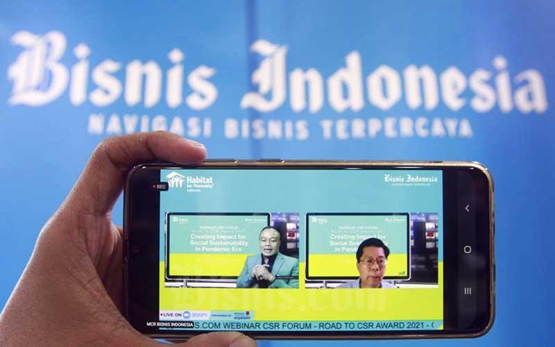 Layar menampilkan pembicara National Director Habitat for Humanity Indonesia Susanto Samsudin (kanan) dengan moderator Direktur Bisnis Indonesia Chamdan Purwoko dalam webinar di Jakarta, Kamis (22/10/2020). Bisnis Indonesia bekerja sama dengan Habitat for Humanity Indonesia menggelar webinar CSR Forum Road to CSR Award 2021 bertajuk Creating Impact for Social Sustainability in Pandemic Era. Bisnis/Himawan L Nugraha