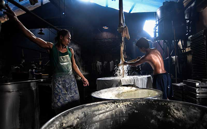 Pekerja memproduksi tahu di lokasi industri rumahan di Jakarta, Kamis (22/10/2020). Ketua Dewan Komisioner Otoritas Jasa Keuangan (OJK) Wimboh Santoso mengatakan pemerintah telah menggelontorkan dana program restrukturisasi kredit untuk Usaha Mikro, Kecil, dan Menengah (UMKM) sebesar Rp359,98 triliun dengan jumlah 5,82 juta debitur per 28 September 2020, agar UMKM dapat segera kembali bangkit di saat pandemi Covid-19. ANTARA FOTO/Muhammad Adimaja