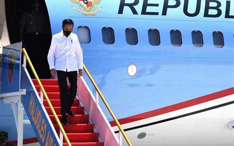 Presiden Joko Widodo menuruni tangga pesawat kepresidenan saat tiba di Bandara Udara Haluoleo Kendari, Sulawesi Tenggara, Kamis (22/10/2020).  Dalam kunjungan kerja tersebut Presiden Joko Widodo akan meresmikan pengoperasian Jembatan Teluk Kendari sepanjang 1,34 Kilometer dan meresmikan pengoperasian pabrik gula berkapasitas giling hingga 12.000 ton cane per day (TCD) di Kabupaten Bombana. ANTARA FOTO/Biro pers kepresiden