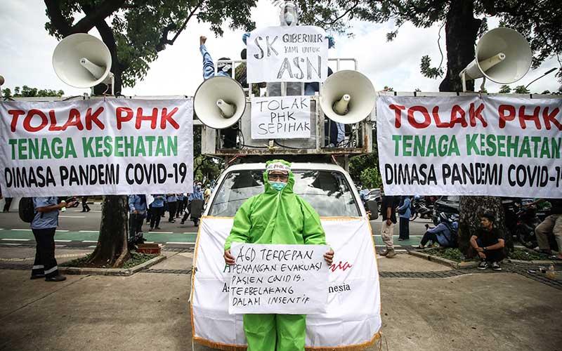 Pekerja Ambulans Gawat Darurat Dinas Kesehatan DKI Jakarta melakukan aksi di depan Balaikota, Jakarta, Kamis (22/10/2020). Aksi tersebut menuntut Gubernur DKI Jakarta untuk mencabut surat peringatan 2 tanpa dasar yang tepat kepada 80 anggota dan pengurus Perkumpulan Pekerja Ambulans Gawat Darurat (PPAGD). ANTARA FOTO/Rivan Awal Lingga