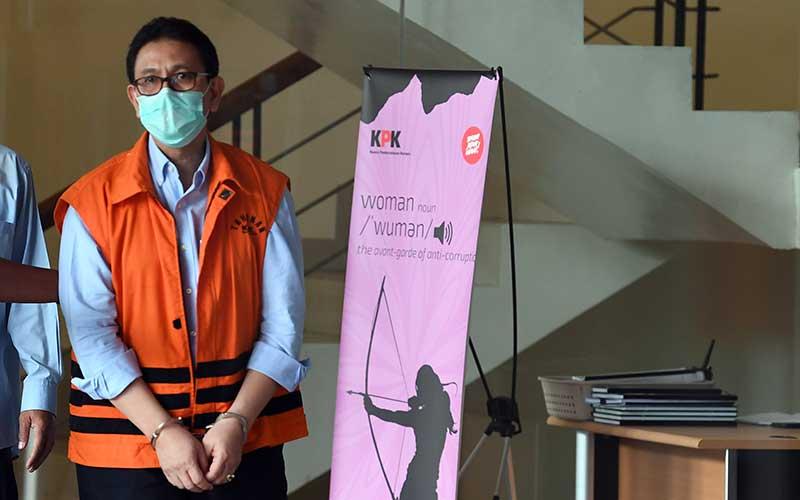 Direktur Utama PT PAL Indonesia (Persero) Budiman Saleh menuju mobil tahanan usai menjalani pemeriksaan di Komisi Pemberantasan Korupsi, Jakarta, Kamis (22/10/2020). Budiman Saleh ditahan atas kasus dugaan korupsi kegiatan penjualan dan pemasaran saat menjabat sebagai Direktur Aerostructure (2007-2010), Direktur Aircraft Integration (2010-2012) dan Direktur Niaga dan Restrukturisasi (2012-2017) di PT Dirgantara Indonesia (PT DI). ANTARA FOTO/Puspa Perwitasari