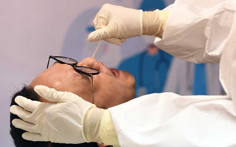 Jurnalis mengikuti tes usap (swab test) Covid-19 gratis yang digelar Pertamina di Gedung Dewan Pers, Jakarta, Jumat (23/10/2020). Ketua Satuan Tugas Penanganan Covid-19 Doni Monardo mengatakan jumlah tes COVID-19 di Indonesia sudah mencapai 231 ribu orang per minggu atau 82,51 persen dari standar World Health Organization (WHO) yakni satu banding 1.000 penduduk per minggu. ANTARA FOTO/Hafidz Mubarak A