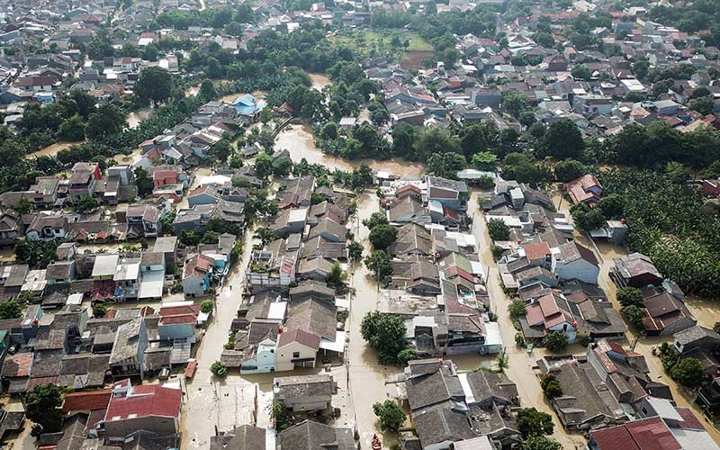 Foto udara banjir yang merendam perumahan Villa Jatirasa, Bekasi, Jawa Barat, Minggu (25/10/2020). Banjir akibat luapan kali Cikeas dengan ketinggian 60 cm - 2 meter memasuki pemukiman warga pada (24/10) pukul 23.00 WIB. ANTARA FOTO/ Fakhri Hermansyah