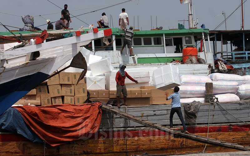 Aktivitas bongkar muat barang  di Pelabuhan Sunda Kelapa, Jakarta, Senin (26/10/2020). Data ekspor-impor pada September 2020 menjadi indikasi awal pemulihan ekonomi Indonesia. Seiring hal itu, sektor logistik akan turut pulih bersamaan dengan perekonomian. Pasalnya, logistik jadi penopang aktivitas ekonomi. Bisnis/Dedi Gunawan