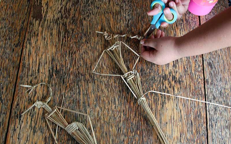 Seorang anggota komunitas Wayang Suket Indonesia memandu anak-anak membuat wayang suket berbahan jerami pada pelatihan singkat di Solo, Jawa Tengah, Senin (26/10/2020). Kegiatan tersebut sebagai rangkaian tur pentas dan pelatihan singkat pembuatan wayang suket keliling 20 kota di Pulau Jawa guna melestarikan budaya Indonesia. ANTARA FOTO/Maulana Surya