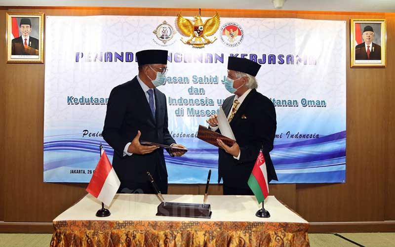 Duta Besar Republik Indonesia untuk Oman Mohamad Irzan Djohan (kiri) bersama dengan Ketua Umum Yayasan Sahid Jaya Nugroho B. Sukamdani saat penandatanganan Letter Of Intens (LOI) di Jakarta, Senin (26/10/2020). Kerjasama antara Yayasan Sahid Jaya (YSJ) dengan Kedutaan Besar Indonesia untuk Oman tersebut dilakukan untuk mempererat hubungan melalui pendidikan dan membuka lebar pintu kerjasama seluas-luasnya antara Indonesia melalui Sahid Group dalam rangka meningkatkan kualitas SDM kedua negara. Bisnis/Eusebio Chrysnamurti