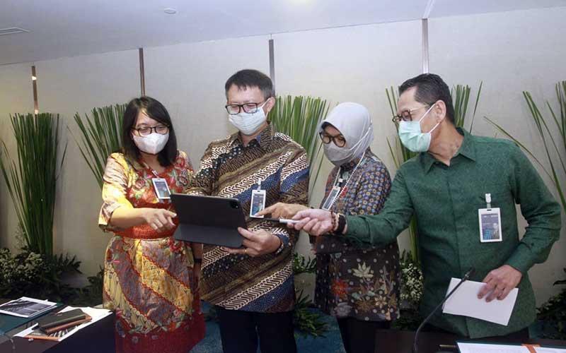 Direktur Keuangan BNI Novita Widya Anggraini (dari kiri), Direktur IT dan Operasi Y.B. Hariantono, Direktur Bisnis Konsumer Corina Leyla Karnalies dan Direktur Manajemen Risiko David Pirzada berbincang bersama di sela-sela paparan kinerja Bank BNI Kuartal III 2020 di Jakarta, Selasa (27/10/2020). Bisnis/Himawan L Nugraha