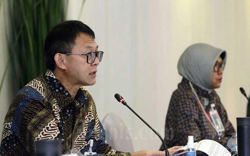 Direktur IT dan Operasi BNI Y.B. Hariantono (kiri) didampingi Direktur Bisnis Konsumer Corina Leyla Karnalies memberikan pemaparan dalam paparan kinerja Bank BNI Kuartal III 2020 di Jakarta, Selasa (27/10/2020). Bisnis/Himawan L Nugraha