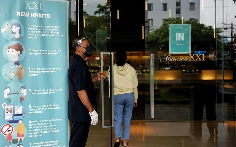 Pengunjung memasuki bioskop saat uji coba pembukan bioskop di XXI Yogyakarta, Selasa (27/10/2020). Setelah tutup sekitar tujuh bulan akibat pandemi Covid-19,  sejak tiga hari terakhir XXI Yogyakarta mulai buka kembali dengan menerapkan protokol kesehatan Covid-19. ANTARA FOTO/Andreas Fitri Atmoko