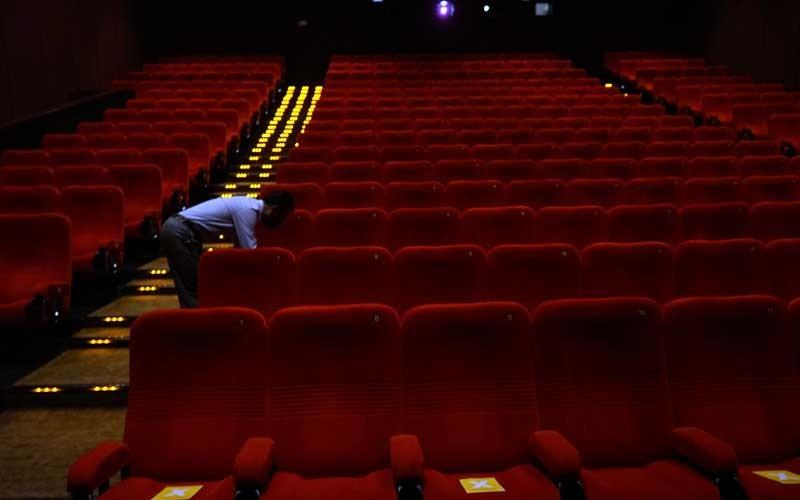 Petugas berada di studio saat uji coba pembukan bioskop di XXI Yogyakarta, Selasa (27/10/2020). Setelah tutup sekitar tujuh bulan akibat pandemi Covid-19,  sejak tiga hari terakhir XXI Yogyakarta mulai buka kembali dengan menerapkan protokol kesehatan Covid-19. ANTARA FOTO/Andreas Fitri Atmoko