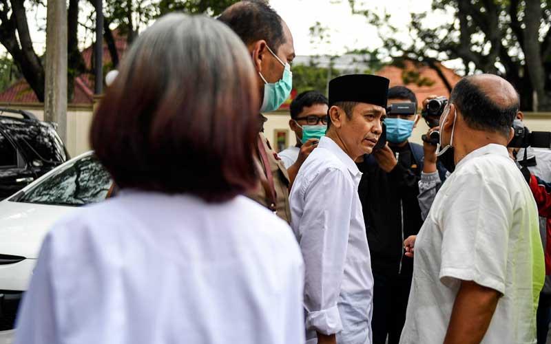 Terdakwa kasus dugaan penyebaran berita bohong kelompok Sunda Empire Nasri Banks (kanan), Ki Ageng Raden Rangga Sasana (tengah) dan Raden Ratna Ningrum (kiri) memberikan keterangan seusai menjalani sidang putusan di Pengadilan Negeri Bandung, Jawa Barat, Selasa (27/10/2020). Majelis Hakim menjatuhkan hukuman kepada tiga petinggi kekaisaran fiktif Sunda Empire dengan hukuman masing-masing dua tahun penjara. ANTARA FOTO/M Agung Rajasa