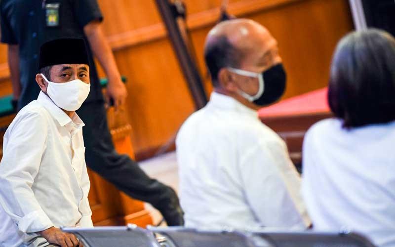 Terdakwa kasus dugaan penyebaran berita bohong kelompok Sunda Empire Nasri Banks (tengah), Ki Ageng Raden Rangga Sasana (kiri) dan Raden Ratna Ningrum (kanan) menjalani sidang putusan di Pengadilan Negeri Bandung, Jawa Barat, Selasa (27/10/2020). Majelis Hakim menjatuhkan hukuman kepada tiga petinggi kekaisaran fiktif Sunda Empire dengan hukuman masing-masing dua tahun penjara. ANTARA FOTO/M Agung Rajasa