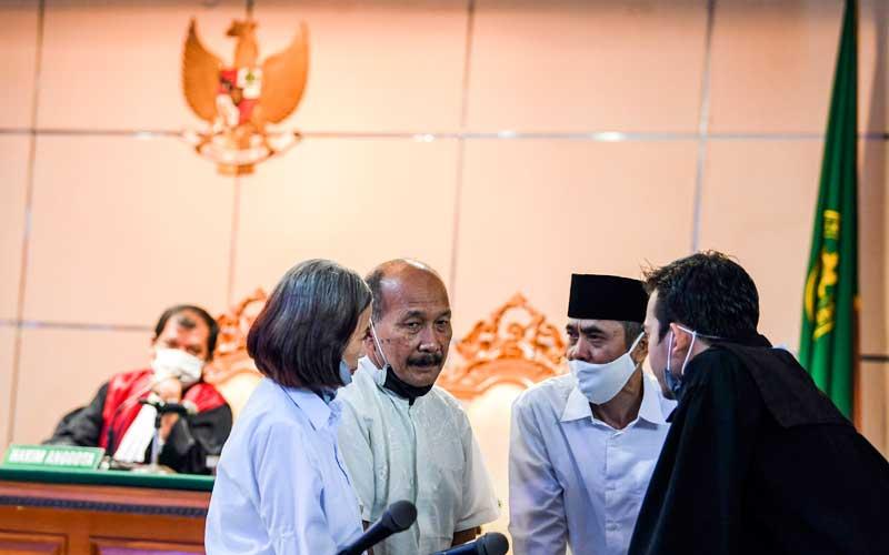 Terdakwa kasus dugaan penyebaran berita bohong kelompok Sunda Empire Nasri Banks (kedua kiri), Ki Ageng Raden Rangga Sasana (kedua kanan) dan Raden Ratna Ningrum (kiri) berbincang dengan kuasa hukumnya saat menjalani sidang putusan di Pengadilan Negeri Bandung, Jawa Barat, Selasa (27/10/2020). Majelis Hakim menjatuhkan hukuman kepada tiga petinggi kekaisaran fiktif Sunda Empire dengan hukuman masing-masing dua tahun penjara. ANTARA FOTO/M Agung Rajasa