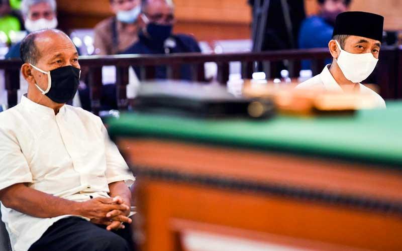 Terdakwa kasus dugaan penyebaran berita bohong kelompok Sunda Empire Nasri Banks (kiri) dan Ki Ageng Raden Rangga Sasana (kanan) menjalani sidang putusan di Pengadilan Negeri Bandung, Jawa Barat, Selasa (27/10/2020). Majelis Hakim menjatuhkan hukuman kepada tiga petinggi kekaisaran fiktif Sunda Empire dengan hukuman masing-masing dua tahun penjara. ANTARA FOTO/M Agung Rajasa
